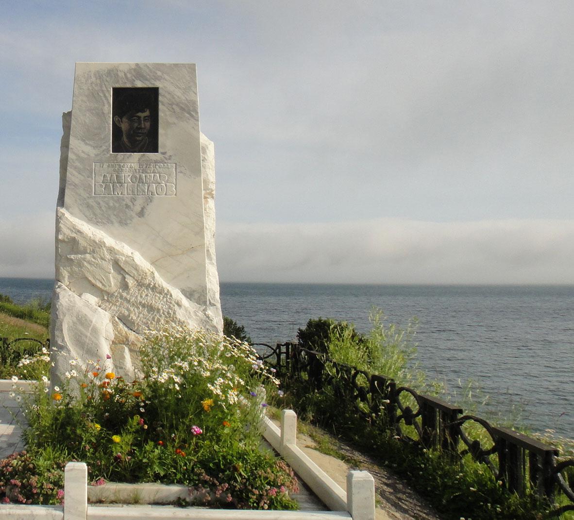 Монумент Александру Вампилову на Байкале